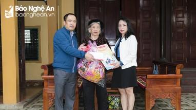Báo Nghệ An chúc Tết Bà mẹ Việt Nam Anh hùng, cán bộ của báo đã nghỉ hưu