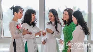 Phụ nữ công sở Nghệ An duyên dáng hưởng ứng Tuần lễ áo dài