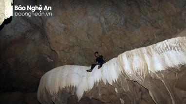 Kỳ thú những 'chiếc giường băng' mát lạnh trong lòng hang Dơi