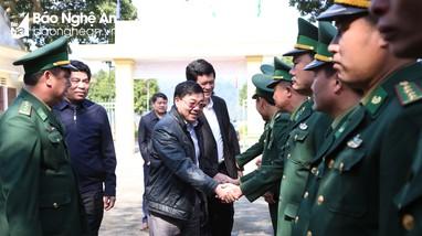 Đồng chí Nguyễn Văn Thông tặng quà, chúc Tết Đồn Biên phòng, gia đình chính sách ở Con Cuông