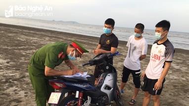 Đi tắm biển, 3 thanh niên bị phạt gần 5 triệu đồng vì không đeo khẩu trang