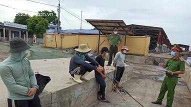 Đi câu cá, 4 thanh niên bị phạt 8 triệu đồng vì không giữ khoảng cách để chống dịch