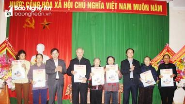 Báo Nghệ An và Bưu điện tỉnh trao quà Tết cho người nghèo ở Hưng Nguyên