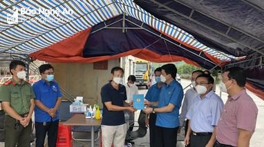 LĐLĐ tỉnh tiếp nhận nhu yếu phẩm trị giá hơn 300 triệu đồng từ LĐLĐ tỉnh Bắc Ninh