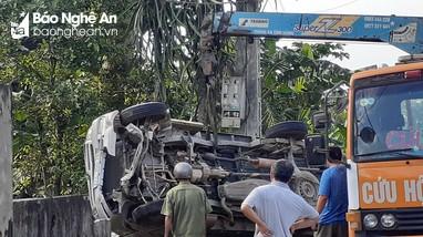 Húc đổ gần 4m bờ rào, xe bán tải mắc kẹt trong vườn nhà dân