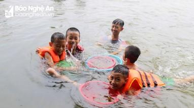 Tiềm ẩn tai nạn đuối nước do người dân đổ xô ra sông bắt hến