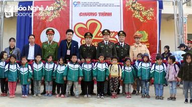 Công an tỉnh tặng quà người nghèo và học sinh nhân dịp tết Nguyên đán
