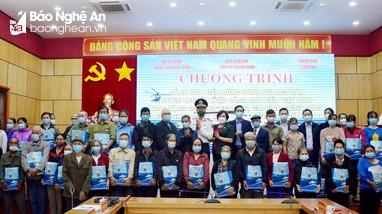 Bộ Tư lệnh Vùng Cảnh sát biển 1 thăm, tặng quà hỗ trợ ngư dân bị ảnh hưởng bởi dịch Covid-19