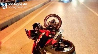 Phát hiện nam thanh niên bất tỉnh gần 2 xe máy trên cầu vượt