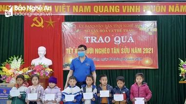 Trao quà Tết cho người dân ở huyện Kỳ Sơn và TX. Thái Hòa