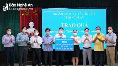 Trao quà của Giám mục Giáo phận Vinh cho học sinh nghèo các huyện miền núi
