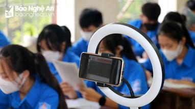 Nghệ An: Những lớp học 'đặc biệt' dành cho học sinh đang mắc kẹt ở vùng dịch