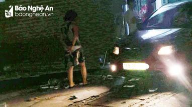 Xe ô tô 4 chỗ nửa đêm lao thẳng vào nhà dân