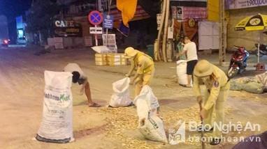 CSGT Quỳnh Lưu giúp đỡ lái xe Bắc Nam thu gom nông sản