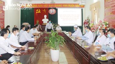 Đồng chí Nguyễn Văn Thông kiểm tra công tác phòng, chống dịch Covid-19 và tặng quà các cơ sở y tế