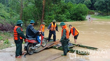 Lực lượng Bộ đội Biên phòng hỗ trợ người dân Anh Sơn trong mưa lũ