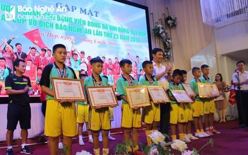 Quỳ Hợp gặp mặt, biểu dương đội bóng nhi đồng lần đầu tiên vô địch Cúp Báo Nghệ An