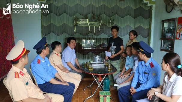 Đai diện Ban An toàn giao thông tỉnh Nghệ An trao quà thăm hỏi cho gia đình nạn nhân TNGT