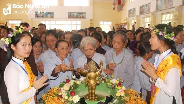 Nghi lễ tắm phật tại chùa Chí Linh. Ảnh: Anh Tuấn