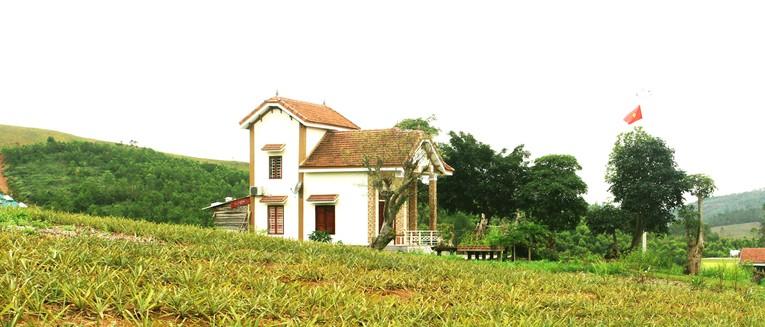 Xung quanh ngôi nhà kiên cố, đẹp đẽ là vùng rừng phòng hộ được quy hoạch từ năm 2007. Ảnh: Đào Tuấn