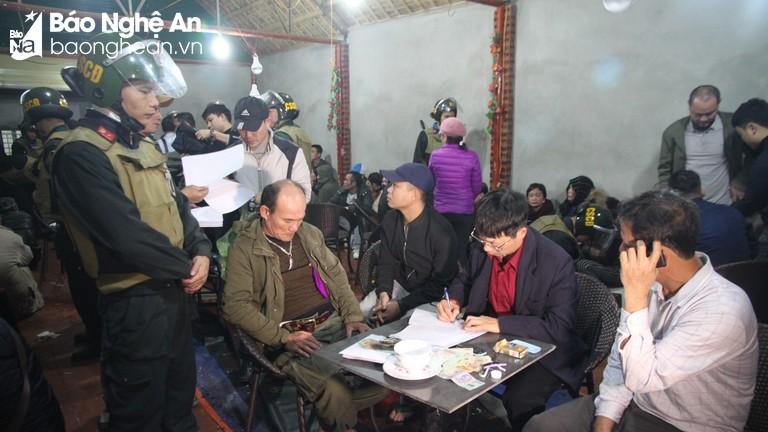 Video clip vụ bắt ổ bạc khủng ở Nghệ An