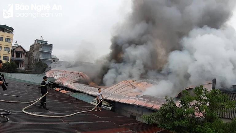 Vụ cháy kho hàng rộng 2.000m2 sau chợ Vinh thiệt hại hơn 6 tỷ đồng