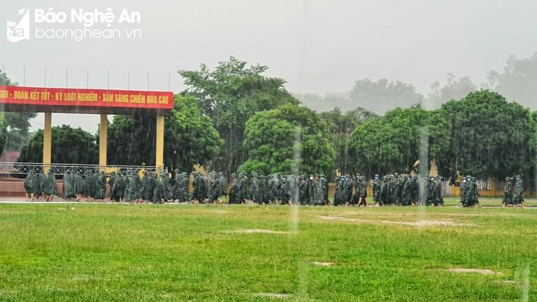 Cán bộ, chiến sỹ đội mưa đi hiến máu