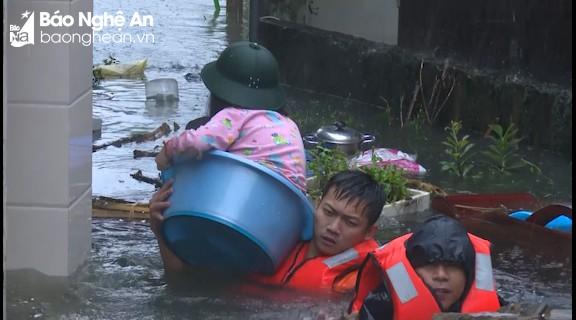 Bộ đội Quân khu 4 giải cứu người dân mắc kẹt giữa nước ngập dâng cao