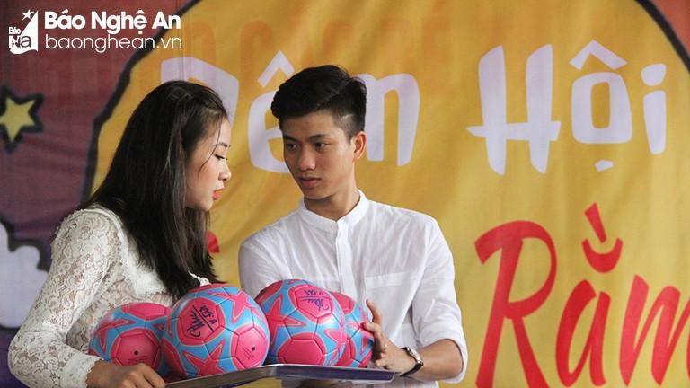 Tuyển thủ Phan Văn Đức và bạn gái tặng quà Trung thu cho trẻ khuyết tật
