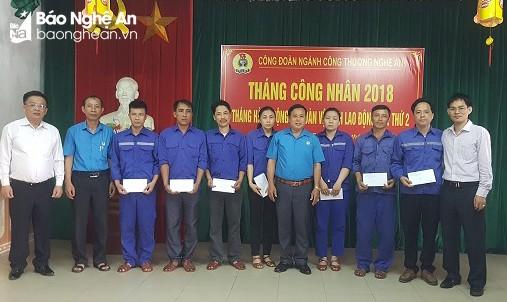 Công đoàn Đảng ủy Khối CCQ tỉnh trao quà cho công nhân nghèo
