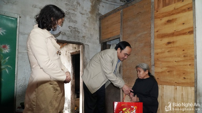 Ban Tuyên giáo Tỉnh ủy trao quà Tết người nghèo ở Thanh Chương
