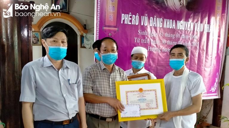 Trao truy tặng Bằng khen của Chủ tịch UBND tỉnh Nghệ An và Thừa Thiên Huế cho em Nguyễn Văn Nhã