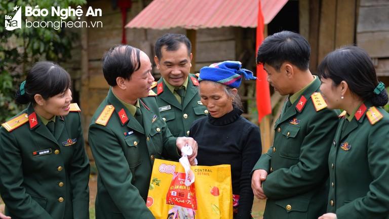 Bộ chỉ huy Quân sự tỉnh tổ chức 'Tết ấm miền Tây xứ Nghệ' cho xã biên giới