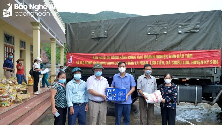 Gần 9 tấn hàng thiết yếu đến với người dân tâm dịch Chiêu Lưu (Kỳ Sơn)