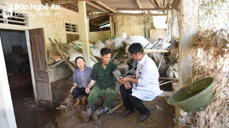 Khám, cấp thuốc cho hơn 800 người dân Kỳ Sơn bị ảnh hưởng ngập lụt