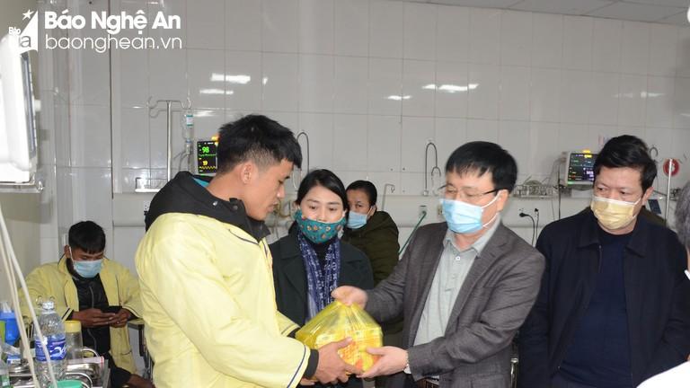 Lãnh đạo tỉnh thăm hỏi các công nhân gặp nạn trong vụ tai nạn lao động ở thành phố Vinh