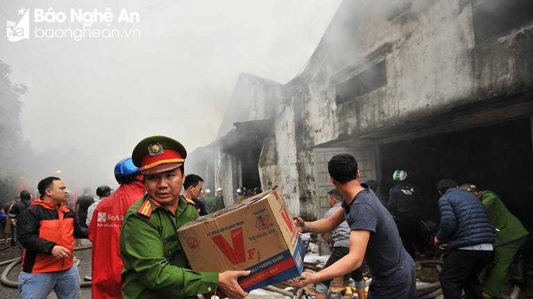 Huy động tổng lực dập tắt đám cháy kho hàng lớn sau chợ Vinh
