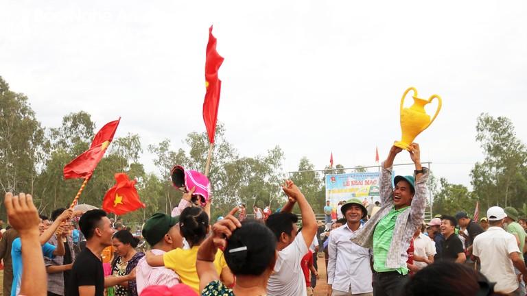 Cả làng rộn ràng rước cúp khi đội nhà vô địch giải bóng đá thanh thiếu nhi