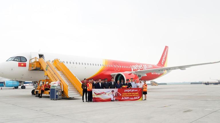 Tàu bay A321neo ACF 240 ghế đầu tiên trên thế giới xuất hiện nổi bật tại sân bay Tân Sơn Nhất
