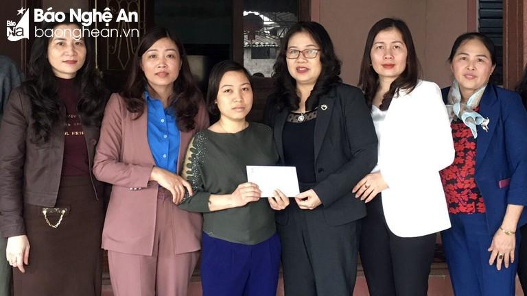 Công đoàn ngành Giáo dục thăm, tặng quà nữ giáo viên có hoàn cảnh khó khăn