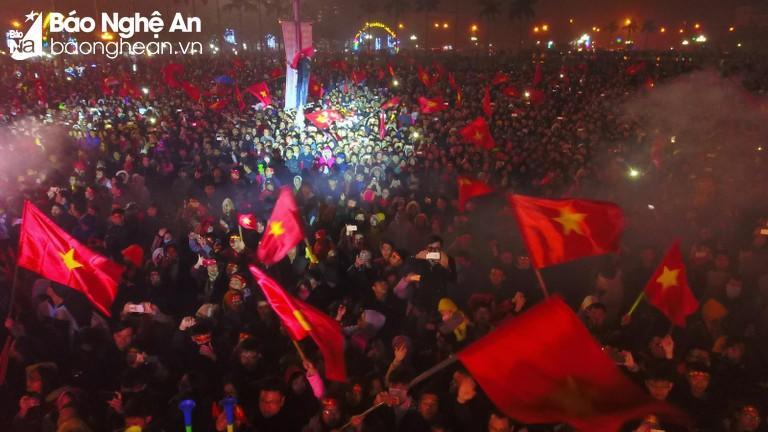 Toàn cảnh người hâm mộ xứ Nghệ đón ngôi sao U23 trở về
