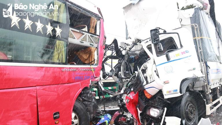 Video hiện trường vụ tai nạn thảm khốc tại Nghệ An
