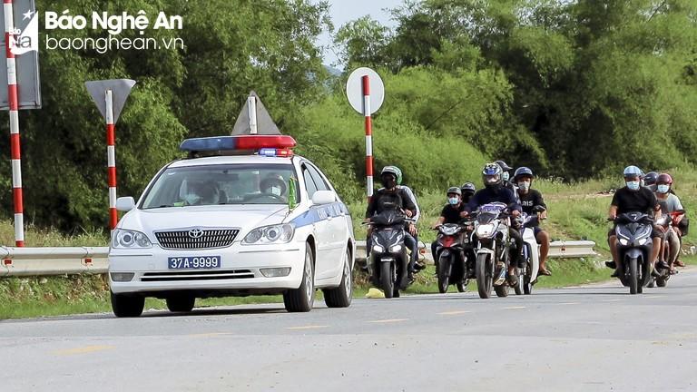 Video: Cảnh sát giao thông dẫn đường cho đoàn người đi xe máy từ TP Hồ Chí Minh về quê qua Nghệ An