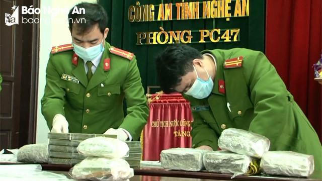 Bắt 2 đối tượng xách 20 bánh heroin, 05 kg ma túy đá từ Lào về Việt Nam