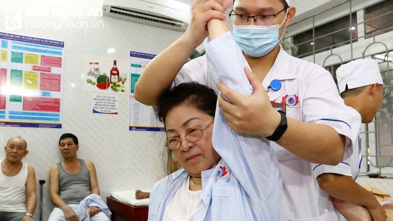 Làm thế nào để điều trị bệnh viêm đa khớp?
