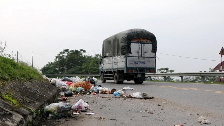 Đường ven sông Lam trở thành nơi tập kết rác