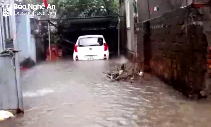 Nhiều tuyến đường ở thành phố Vinh bị 'nhấn chìm' sau mưa lớn