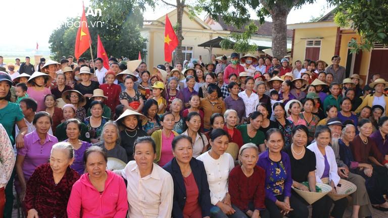 Đông đảo người dân Đô Lương chờ đón tuyển thủ Thái Thị Thảo sau SEA Games 30