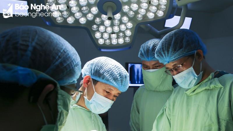 Phẫu thuật cùng 'Bàn tay vàng nội soi và thay khớp' tại Bệnh viện Quốc tế Vinh