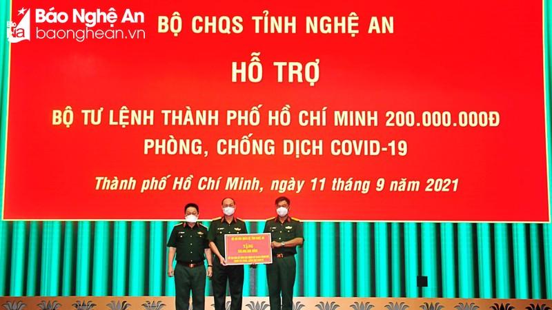 Bộ CHQS tỉnh ủng hộ LLVT và nhân dân TP. Hồ Chí Minh phòng, chống dịch Covid-19